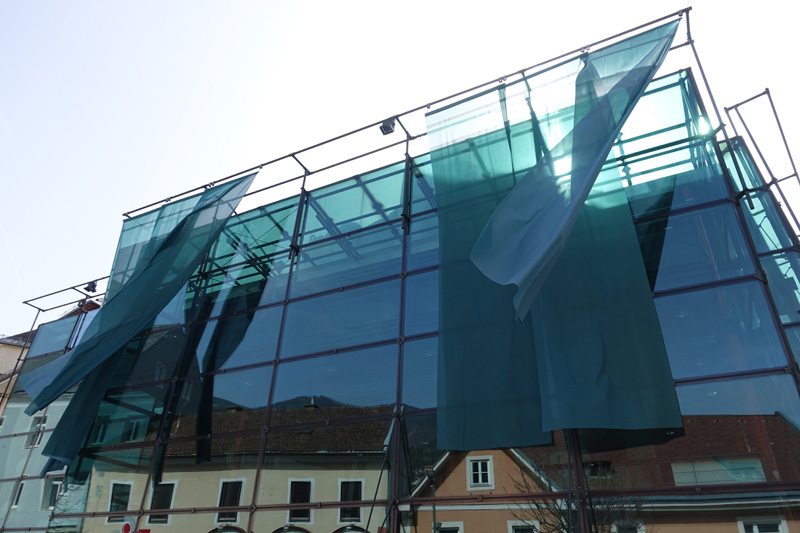 Installation an der Fassade des kunsthaus muerz 6 Bannerfahnen á 575 x 150cm, Polyestergewirke